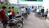 Nhóm thanh niên tụ tập đua xe trái phép tại trụ sở công an