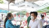 Ông Nguyễn Thanh Tâm, Chủ tịch UBND TP Thuận An động viên lực lượng chống dịch tại chung cư Marina Tower