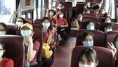 Đoàn cán bộ, sinh viên ĐH Y Hà Nội di chuyển từ sân bay đến tỉnh Bình Dương