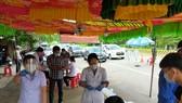 Nhân viên y tế làm việc tại chốt kiểm soát dịch bệnh giáp ranh thị xã Bến Cát và huyện Bàu Bàng, tỉnh Bình Dương