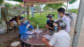 Lực lượng chức năng Tây Ninh hướng dẫn người dân khai báo y tế tại chốt kiểm dịch
