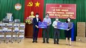 Bà Đặng Thị Kim Oanh (ngoài cùng bên phải), Chủ tịch Quỹ Từ thiện Kim Oanh tặng trang thiết bị y tế và gạo hỗ trợ tỉnh Đồng Nai phòng chống dịch