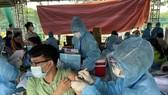 Nhân viên y tế tỉnh Bình Dương tiêm vaccine cho người dân