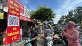 Gắn wifi để người dân khai báo y tế khi qua trạm kiểm soát dịch Covid-19 ở Gò Vấp