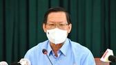 Đồng chí Phan Văn Mãi trao đổi cùng báo chí về công tác phòng, chống dịch Covid-19. Ảnh: VIỆT DŨNG