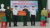 Quân khu 7 trao tặng quà hỗ trợ bà con khó khăn ở huyện Cần Giờ