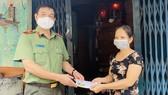 Trao gói an sinh, tặng quà cho người dân quận 10 khó khăn