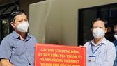Ban Tổ chức Thành ủy TPHCM thăm hỏi, trao quà đến y, bác sĩ tuyến đầu chống dịch