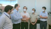 Đồng chí Nguyễn Hồ Hải thăm hỏi, động viên y bác sĩ tại Bệnh viện Dã chiến điều trị Covid-19 quận 8. Ảnh: DŨNG PHƯƠNG