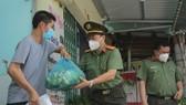 Công an gõ cửa từng nhà trao quà hỗ trợ bà con nghèo ở huyện Nhà Bè