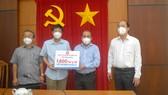 Phó Bí thư Thành ủy Nguyễn Hồ Hải chứng kiến UBND quận 8 nhận các túi thuốc hỗ trợ bệnh nhân F0. Ảnh: CAO THĂNG