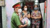Công an TPHCM trao quà cho người dân gặp khó khăn