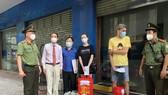Công an TPHCM trao quà cho người nước ngoài bị ảnh hưởng dịch Covid-19