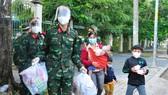 94 người dân đi bộ qua TPHCM được tiêm vaccine và hỗ trợ xe về quê