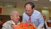 Đồng chí Tất Thành Cang trao Huy hiệu 70 năm tuổi Đảng cho đảnh viên cao tuổi Đảng
