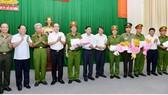 Bí thư Thành ủy TPHCM Nguyễn Thiện Nhân khen thưởng các đơn vị. Ảnh: VIỆT DŨNG