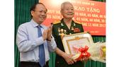 Quận 10 trao Huy hiệu cho đảng viên cao tuổi Đảng