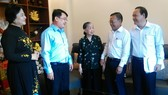 Đồng chí Nguyễn Hữu Hiệp (thứ hai từ phải sang) chúc Mẹ Việt Nam anh hùng Dương Kim Lan sống vui, sống thọ cùng con cháu