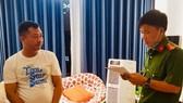 Bị can Trịnh Quốc Hưng nghe tống đạt Quyết định khởi tố, Lệnh bắt tạm giam