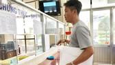 Một người dân đến UBND phường Phước Long A (quận 9) hỏi thăm thủ tục đăng ký cấp GCN nhà đất lần đầu