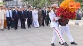 Các đồng chí lãnh đạo TPHCM, các đại biểu dâng hoa tại Tượng đài Chủ tịch Hồ Chí Minh
