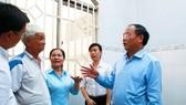 Đồng chí Tất Thành Cang, Ủy viên Trung ương Đảng, Phó Bí thư Thường trực Thành ủy TPHCM thăm hỏi, hỗ trợ người dân quận Thủ Đức bị ảnh hưởng bão số 14. Ảnh: CTV
