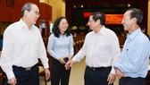Trưởng ban Tổ chức Trung ương Phạm Minh Chính và  Bí thư Thành ủy TPHCM Nguyễn Thiện Nhân trao đổi cùng các đại biểu tại hội nghị. Ảnh: VIỆT DŨNG