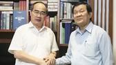 Bí thư Thành ủy TPHCM Nguyễn Thiện Nhân thăm hỏi, chúc tết nguyên Chủ tịch nước Trương Tấn Sang. Ảnh: KIỀU PHONG