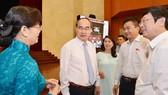 Bí thư Thành ủy TPHCM Nguyễn Thiện Nhân trao đổi cùng Chủ tịch HĐND TPHCM Nguyễn Thị Quyết Tâm và các đại biểu. Ảnh: VIỆT DŨNG