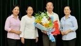 Tân Chánh Văn phòng Thành ủy TPHCM Trần Thế Thuận (thứ 2, từ phải sang) tại buổi trao quyết định. Ảnh: KIỀU PHONG