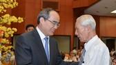Bí thư Thành ủy TPHCM Nguyễn Thiện Nhân thăm hỏi đại biểu tại buổi họp mặt. Ảnh: VIỆT DŨNG
