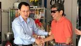 Chủ nhiệm Ủy ban Kiểm tra Thành ủy TPHCM Nguyễn Văn Hiếu thăm, tặng quà tết thương binh nặng đặc biệt Trần Văn Tản. Ảnh: KIỀU PHONG
