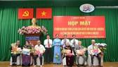 Lãnh đạo Quận ủy quận Thủ Đức và các đảng viên cao tuổi Đảng trong buổi trao Huy hiệu Đảng ngày 30-1