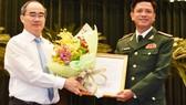 Bí thư Thành ủy TPHCM Nguyễn Thiện Nhân trao quyết định và chúc mừng đồng chí Nguyễn Trường Thắng. Ảnh: VIỆT DŨNG