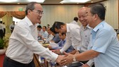 Bí thư Thành ủy TPHCM Nguyễn Thiện Nhân trao đổi cùng lãnh đạo các quận, huyện tại hội nghị. Ảnh: VIỆT DŨNG