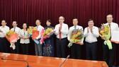 Các đồng chí lãnh đạo TPHCM chúc mừng các đồng chí nhận quyết định. Ảnh: VIỆT DŨNG
