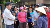 Ông Lê Thanh Bình (bìa trái) lúc còn là Phó Chủ tịch UBND quận Tân Bình đang lắng nghe ý kiến của tiểu thương chợ Tân Trụ (phường 15) khi quận xử lý lấn chiếm vỉa hè, lòng đường. Ảnh: KIỀU PHONG