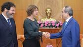 Bí thư Thành ủy TPHCM Nguyễn Thiện Nhân trao đổi cùng Đại sứ Hà Lan Elsbeth Akkerman. Ảnh: VIỆT DŨNG