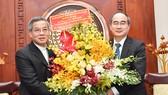 Đồng chí Nguyễn Thiện Nhân tặng hoa chúc mừng Đức Tổng Giám mục Nguyễn Năng. Ảnh: VIỆT DŨNG