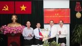 Đồng chí Nguyễn Thiện Nhân, Ủy viên Bộ Chính trị, Bí thư Thành ủy TPHCM, trao quyết định bổ nhiệm Trưởng Ban Nội chính Thành ủy TPHCM cho đồng chí Dương Ngọc Hải, sáng 9-1-2020. Ảnh: DŨNG PHƯƠNG