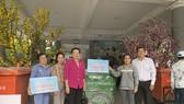 Lãnh đạo quận 9 trao tặng xe thu gom rác cho các xã viên không có điều kiện chuyển đổi phương tiện. Ảnh: HOÀI CHI
