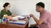 Ông Nguyễn Văn Yên (chung cư An Khang, phường Thảo Điền) được giải quyết đăng ký tạm trú tại Công an phường Thảo Điền vào chiều 20-3. Ảnh: KIỀU PHONG