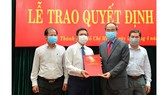 Bí thư Thành ủy TPHCM Nguyễn Thiện Nhân trao quyết định Bí thư Đảng ủy khối cơ sở Bộ Công thương tại TPHCM cho đồng chí Trần Xuân Điền. Ảnh: VIỆT DŨNG