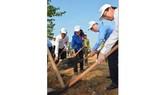 Bí thư Thành ủy TPHCM Nguyễn Thiện Nhân cùng các đồng chí lãnh đạo thành phố trồng cây tại quận Thủ Đức. Ảnh: VIỆT DŨNG