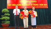 Đồng chí Trần Lưu Quang, Phó Bí thư Thường trực Thành ủy TPHCM trao Huy hiệu Đảng cho đảng viên cao tuổi Đảng thuộc Đảng bộ huyện Hóc Môn, sáng 18-5-2020. Ảnh: ANH CHÂU