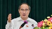 Bí thư Thành ủy TPHCM Nguyễn Thiện Nhân phát biểu trong buổi tiếp xúc cử tri huyện Cần Giờ. Ảnh: VIỆT DŨNG