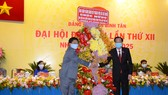 Phó Chủ tịch Thường trực UBND TPHCM Lê Thanh Liêm tặng hoa, chúc mừng Đại hội đại biểu Đảng bộ quận Bình Tân. Ảnh: KIỀU PHONG