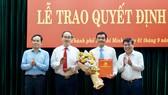 Đại tá Lê Hồng Nam (thứ hai, bên phải sang) được chỉ định tham gia Ban Chấp hành, Ban Thường vụ Thành ủy. Ảnh: HOÀNG HÙNG