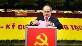 Đồng chí Nguyễn Thiện Nhân, Bí thư Thành ủy TPHCM bỏ phiếu tại Đại hội đại biểu Đảng bộ TPHCM lần thứ XI vào sáng 17-10. Ảnh: VIỆT DŨNG