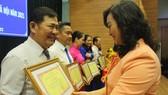 Phó Chủ tịch UBND TPHCM Phan Thị Thắng trao bằng khen đến các cá nhân của quận Bình Tân có thành tích cao trong năm 2020. Ảnh: KIỀU PHONG